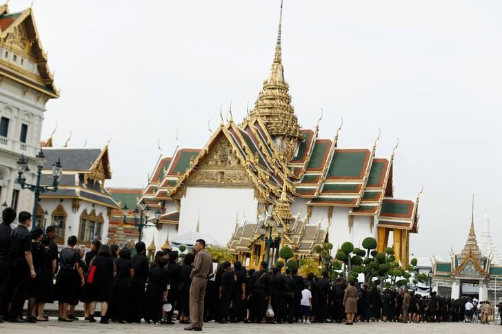 Mourners line up to get into the Throne Hall at the Grand Palace for the first time to pay respects in front of the golden urn of Thailand's late King Bhumibol Adulyadej in Bangkok, Thailand, October 29, 2016. REUTERS/Jorge Silva