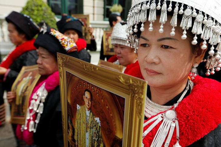 Mourners from the Kamphaeng tribe line up to get into the Throne Hall at the Grand Palace for the first time to pay respects in front of the golden urn of Thailand's late King Bhumibol Adulyadej in Bangkok, Thailand, October 29, 2016. REUTERS/Jorge Silva