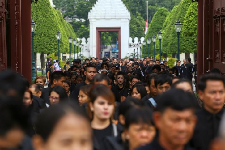 Mourners walk in line into the Throne Hall at the Grand Palace for the first time to pay respects to the body of Thailand's late King Bhumibol Adulyadej that is kept in a golden urn in Bangkok, Thailand, October 29, 2016. REUTERS/Athit Perawongmetha