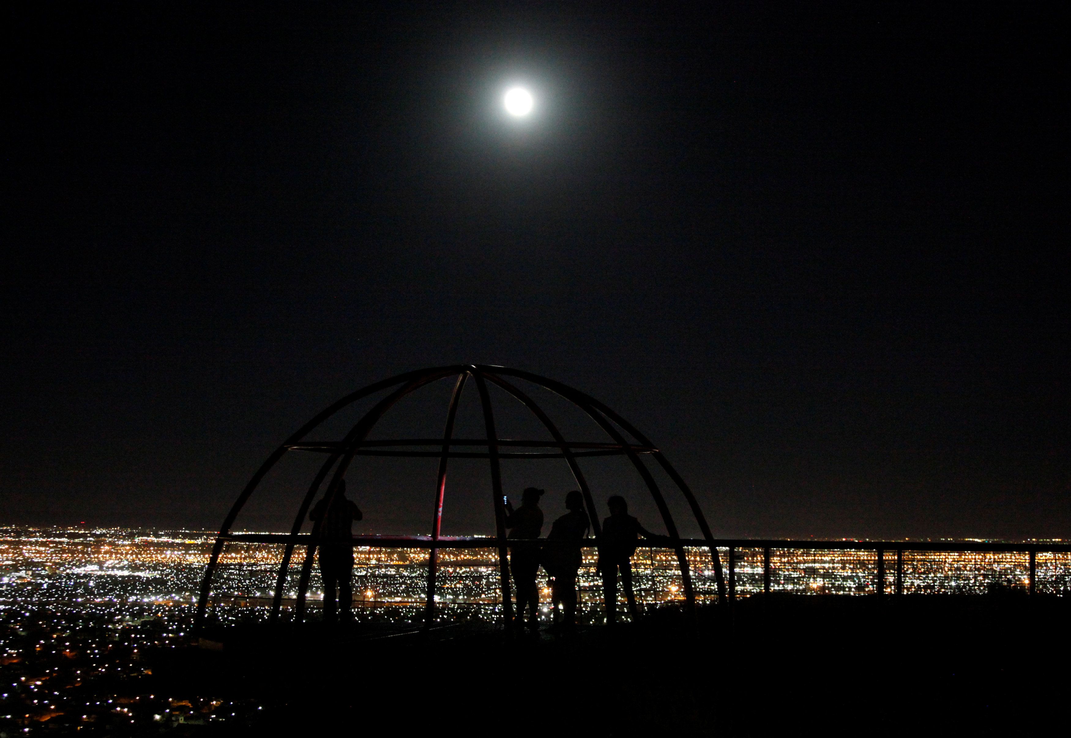 People watch as a supermoon rises over Ciudad Juarez, Mexico, October 16, 2016.  REUTERS/Jose Luis Gonzalez