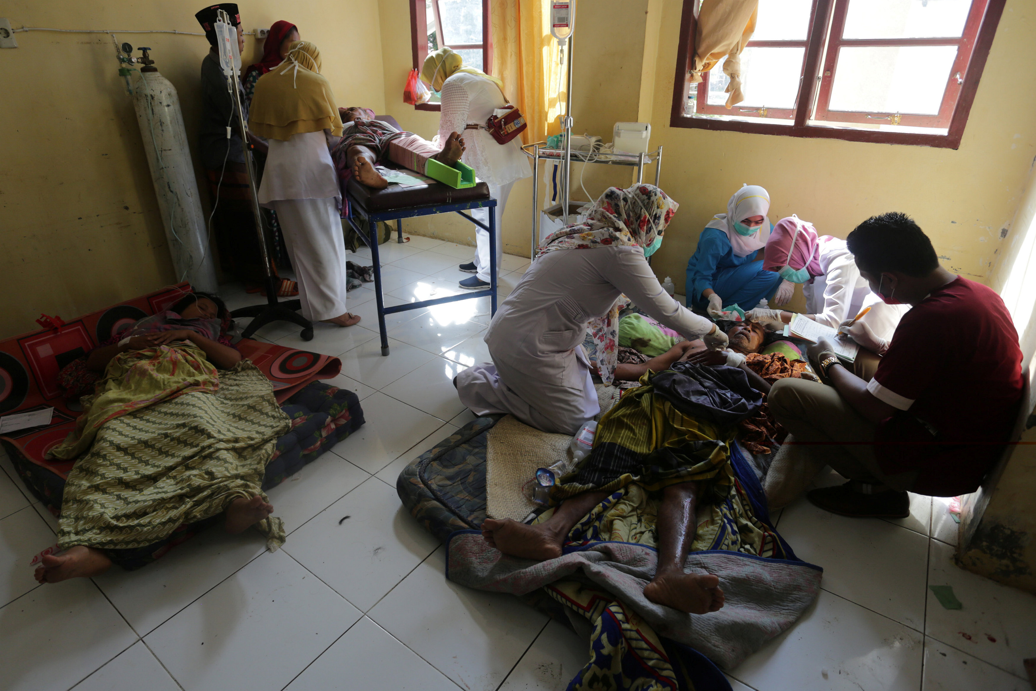 Injured people receive medical attention at a hospital following an earthquake in Sigli, Pidie regency, in the northern province of Aceh, Indonesia December 7, 2016 in this photo taken by Antara Foto. Antara Foto/Irwansyah Putra/via REUTERS