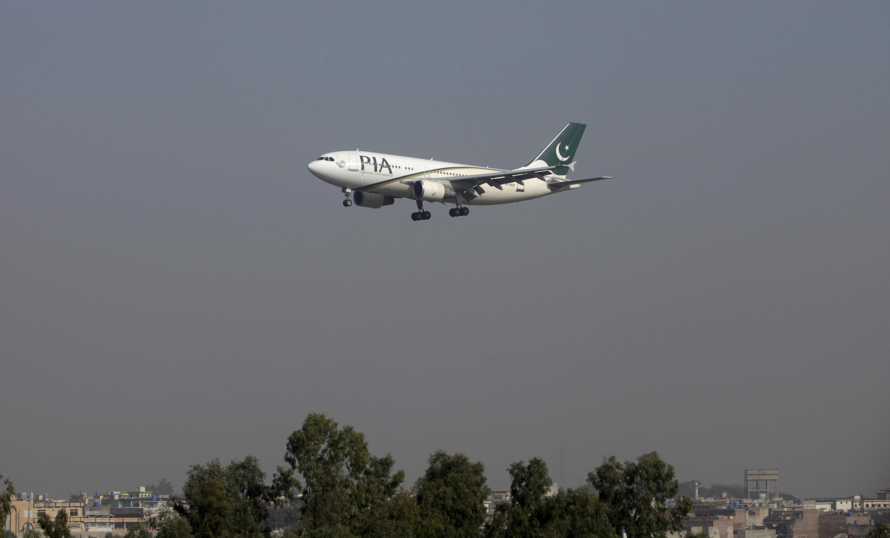 FILE PHOTO - A Pakistan International Airlines (PIA) passenger plane arrives at the Benazir International airport in Islamabad, Pakistan December 2, 2015.  REUTERS/Faisal Mahmood