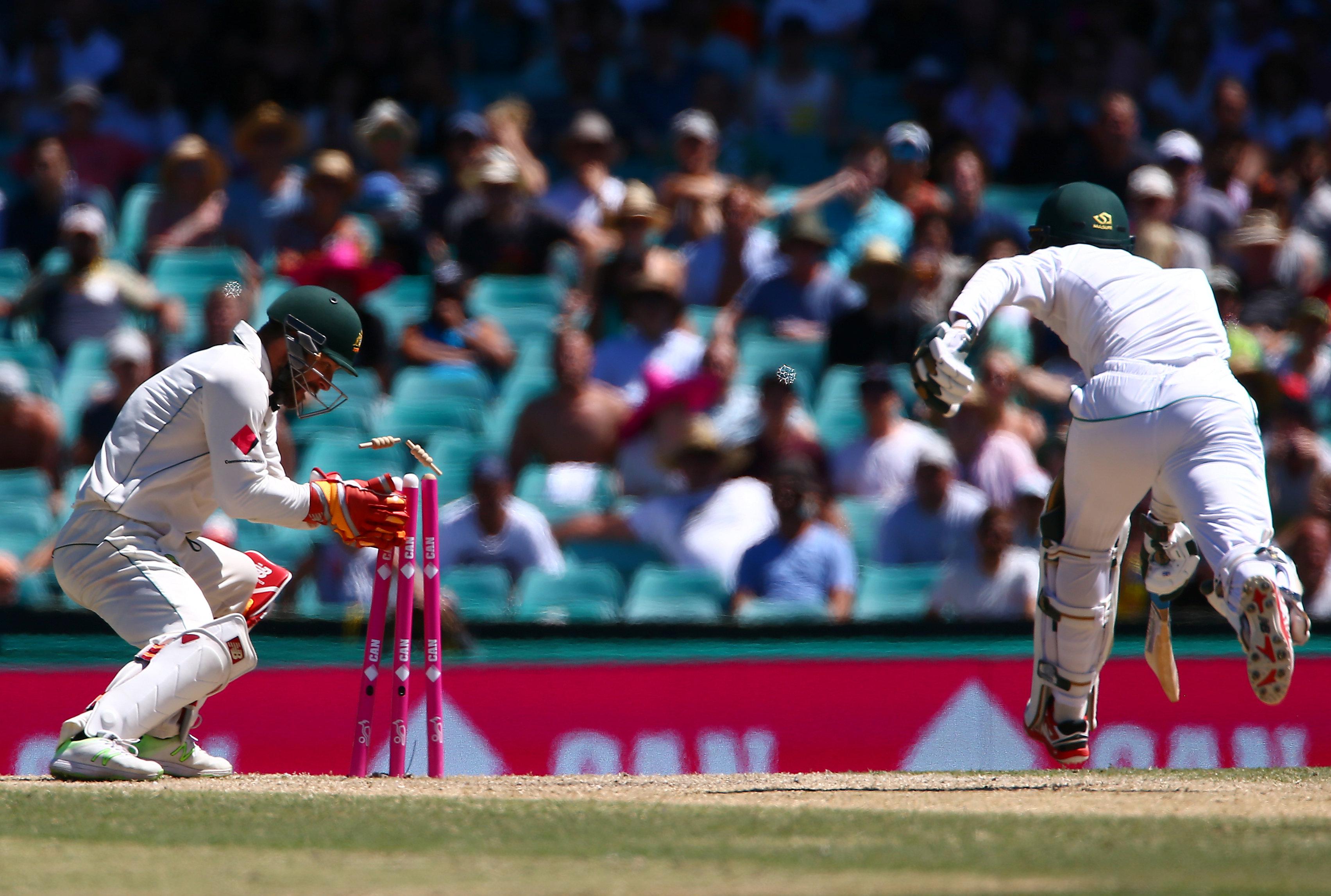 Cricket - Australia v Pakistan - Third Test cricket match - Sydney Cricket Ground, Sydney, Australia - 7/1/17 Australia's wicketkeeper Matthew Wade runs out Pakistan's Mohammad Amir.