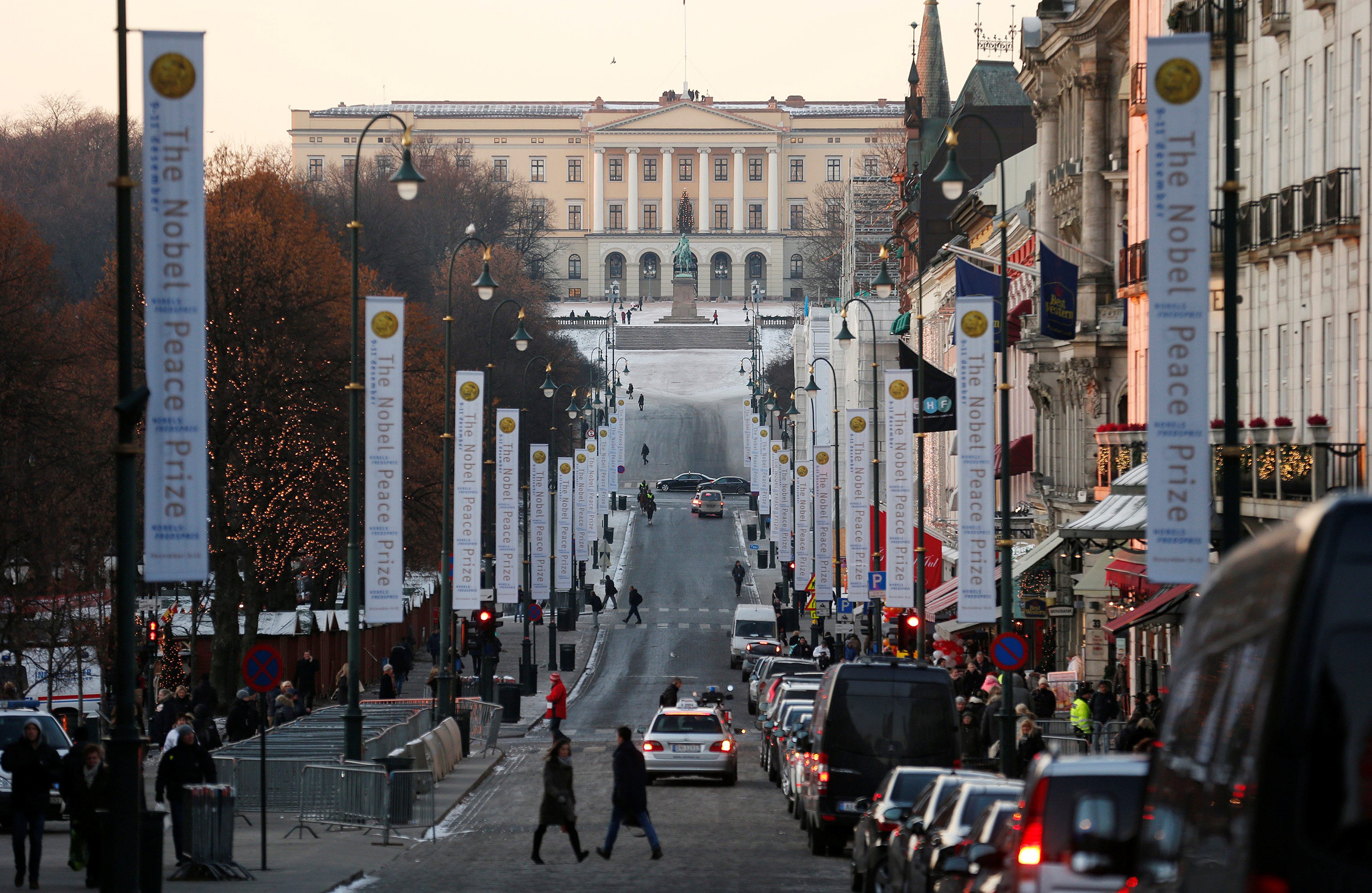 FILE PHOTO -  The Royal Palace is seen at the end of Karl Johans Gate in Oslo December 11, 2012. REUTERS/Suzanne Plunkett/File Photo