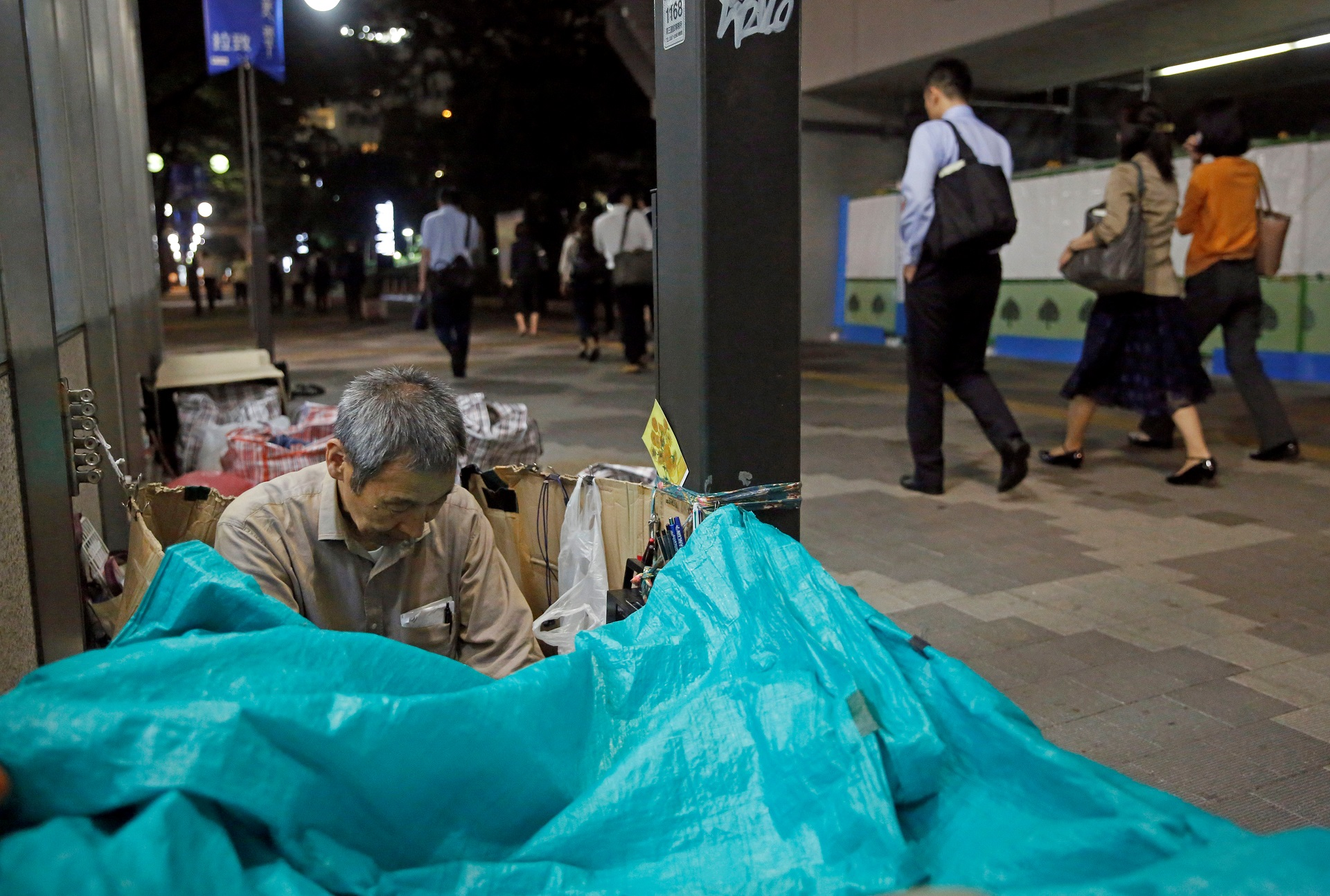 """Masayoshi Koiso, a 69-year-old homeless man, who is members of Newcomer """"H"""" Sokerissa! - a group of current and former homeless dancers, prepares to sleep on a street in Tokyo, Japan, September 6, 2017. Picture taken September 6, 2017. REUTERS/Toru Hanai"""