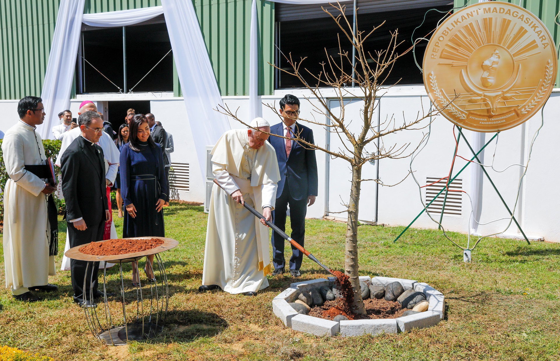 Pope Francis and Madagascar's President Andry Rajoelina attend a symbolic planting of a baobab tree at Iavoloha Palace in Antananarivo, Madagascar September 7, 2019.  REUTERS/Baz Ratner